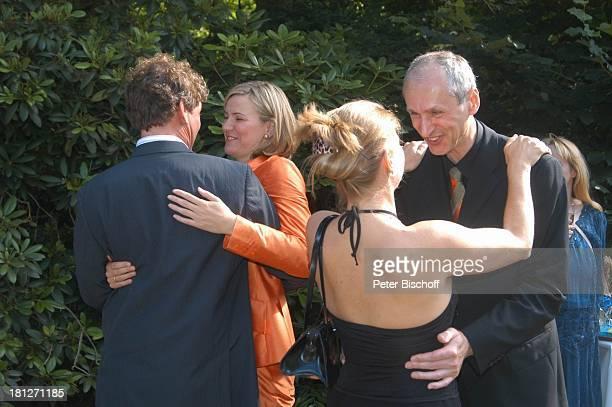 Braut Heike Götz Bräutigam Detlef Lafrentz umarmen jeweils Hochzeitsgäste Begrüßung der Gäste GratulationsDefilee gratulieren Gratulation zur...