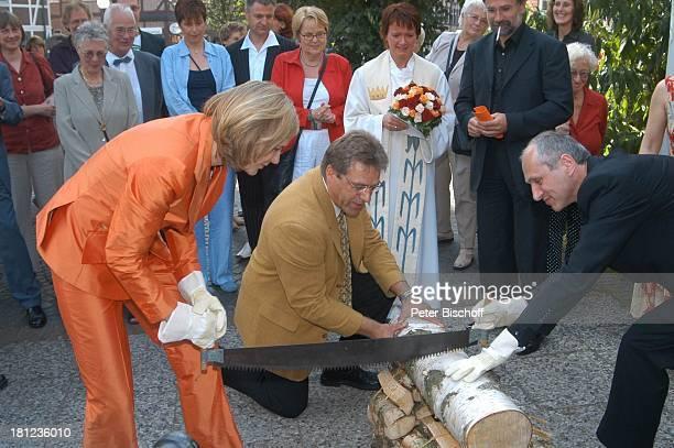 Braut Heike Götz Dieter Hartwigsen Bräutigam Detlef Lafrentz dahinter Pastorin Hochzeitsgäste Hochzeit von Heike Götz und Detlef Lafrentz vor der E v...