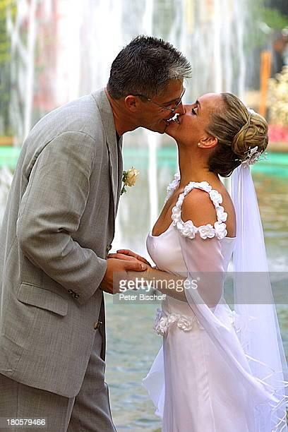 Braut Iris Remmertz Ehemann Hansjörg Criens nach der kirchlichen Trauung Mönchengladbach Park Brunnen Springbrunnen Fontäne Wasser Kuß Küssen...