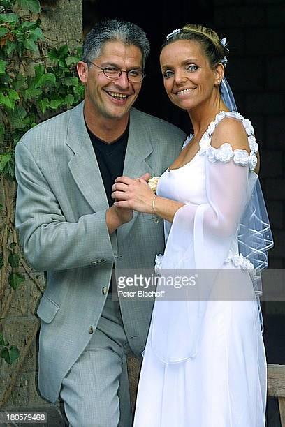 Braut Iris Remmertz Ehemann Hansjörg Criens nach der kirchlichen Trauung Mönchengladbach Park Bräutigam Hochzeitskleid Schleier Brautkleid Händchen...