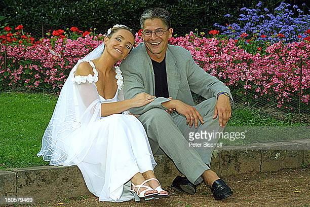 Braut Iris Remmertz Ehemann Hansjörg Criens nach der kirchlichen Trauung Mönchengladbach Park Bräutigam Hochzeitskleid Schleier Brautkleid Hochzeit...
