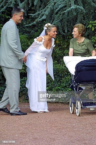 Braut Iris Remmertz Ehemann und Bräutigam Hansjörg Criens Passantin mit Kinderwagen Hochzeitsfeier Mönchengladbach vor der Kaiser FriedrichHalle nach...