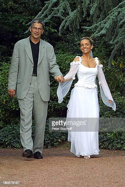 Braut Iris Remmertz Ehemann und Bräutigam Hansjörg Criens Hochzeitsfeier Mönchengladbach vor der Kaiser FriedrichHalle nach der kirchlichen Trauung...