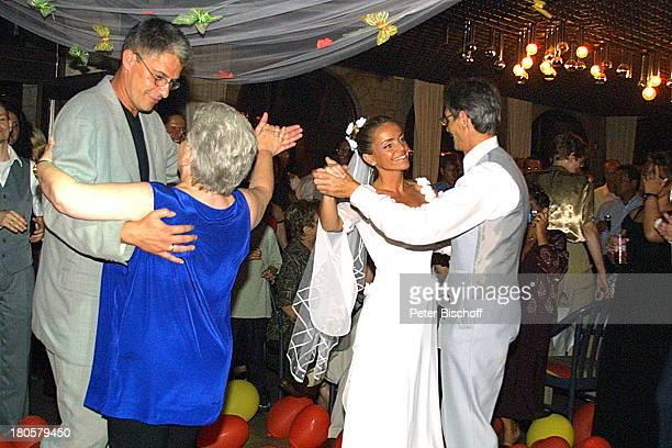 Braut Iris Remmertz tanzt mit ihrem Vater Josef Remmertz und Bräutigam Hansjörg Criens tanzt mit Schwiegermutter Helga Remmertz Hochzeitsfeier...