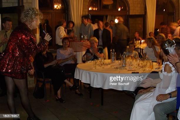 Braut Iris Remmertz Travestiekünstler Olga Orange Hochzeitsfeier Mönchengladbach Kaiser FriedrichHalle nach der kirchlichen Trauung Hochzeit...