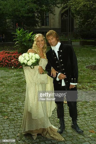 Braut Janine Kunze Bräutigam Dirk Budach kirchliche Trauung Janine Kunze mit Dirk Budach Köln vor der Kirche StGereon Hochzeit Brautstrauß...