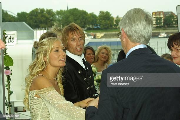 Braut Janine Kunze Bräutigam Dirk Budach nach der kirchlichen Trauung Janine Kunze mit Dirk Budach Köln Hochzeit P Nr 838 2002
