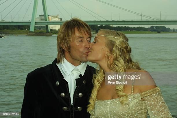 Braut Janine Kunze Bräutigam Dirk Budach nach der kirchlichen Trauung Janine Kunze mit Dirk Budach Köln Hochzeit Brücke Kuß küssen P Nr 838 2002