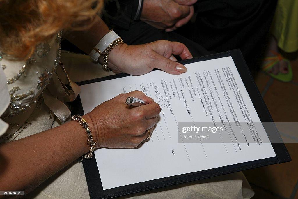 Braut Sabine Endemann (geb. Schmidt-Kirchner) unterschreibt die ...