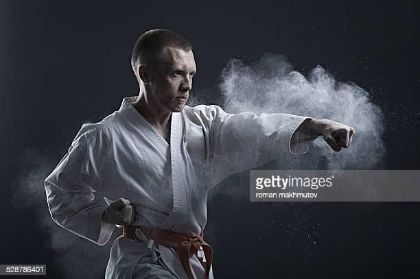 brave fighter in kimono doing karate - taekwondo - fotografias e filmes do acervo