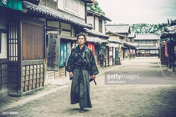 brave japanese samurai warrior protecting old town, edo period, kyoto - samurai stock pictures, royalty-free photos & images