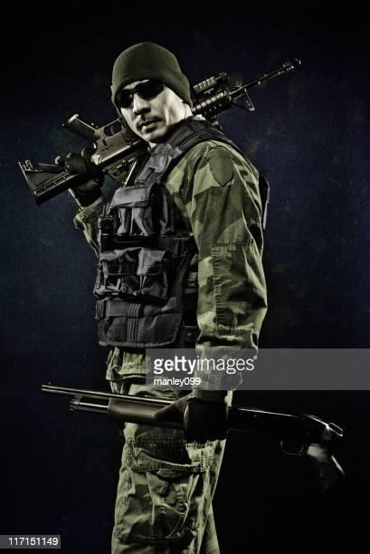 brave ミナミコメツキでポーズを取る武器スタジオ撮影 - 狙撃兵 ストックフォトと画像