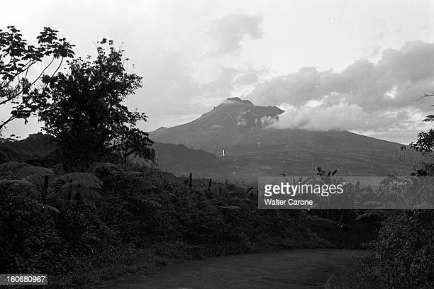 Brazil Brésil Période 19501955 Reportage sur le Brésil vue d'une route sur une montagne non identifiée au Nord du Brésil