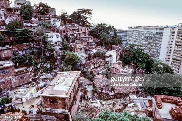 brazil, informal favela settlement - 不均衡 ストックフォトと画像