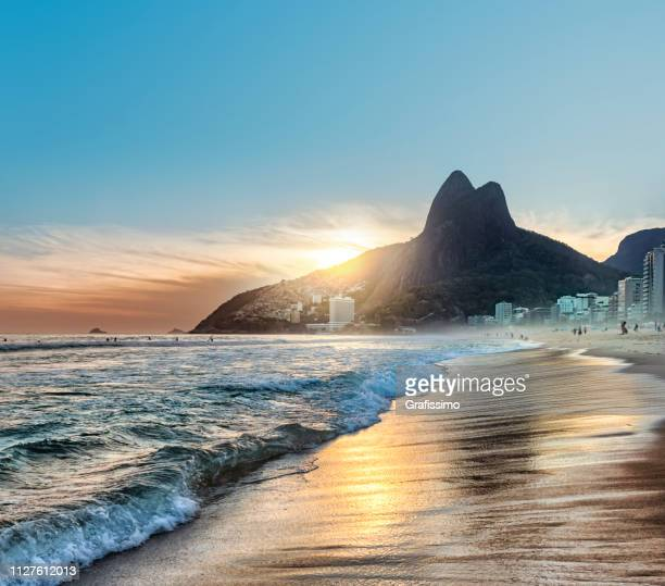 brasilien rio de janeiro ipanema strand bei sonnenuntergang - rio de janeiro stock-fotos und bilder