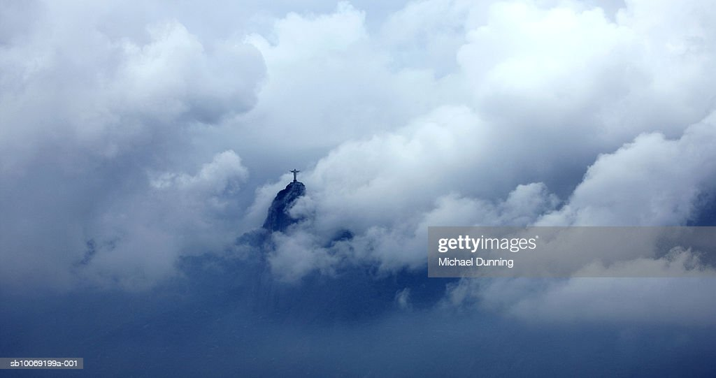Brazil, Rio De Janeiro, Statue of Christ in clouds : Stockfoto