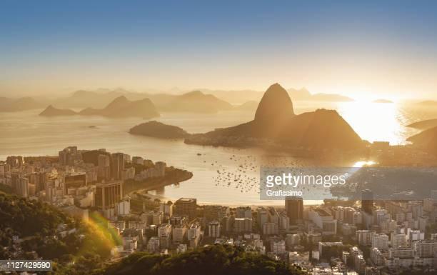 brasilien rio de janeiro zuckerhut mit guanabara-bucht bei sonnenaufgang - rio de janeiro stock-fotos und bilder
