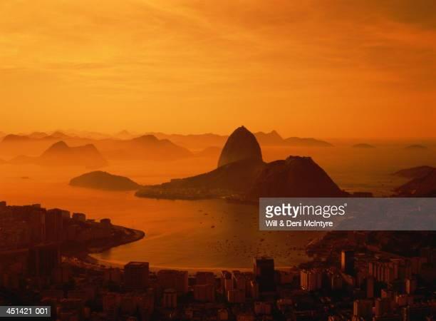 brazil, rio de janiero, city and sugarloaf mountain at sunset - río de janeiro fotografías e imágenes de stock