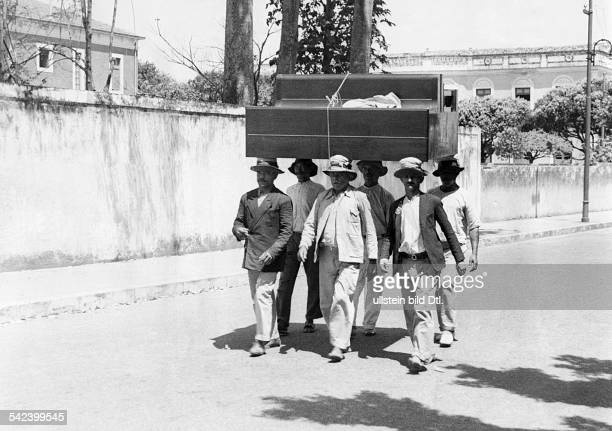 Brazil Six men are carrying a piano with their head 1934 Photographer Alfred Eisenstaedt Published by 'Uhu' 2/1934 Vintage property of ullstein bild