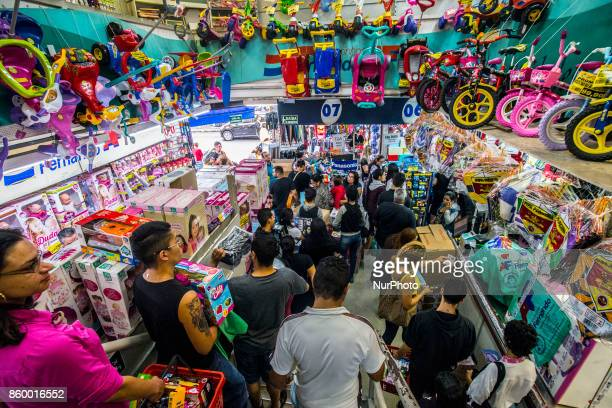 Consumer movement this morning in the region of 25 de Março street important shopping center in São Paulo Sales related to Children's Day are...