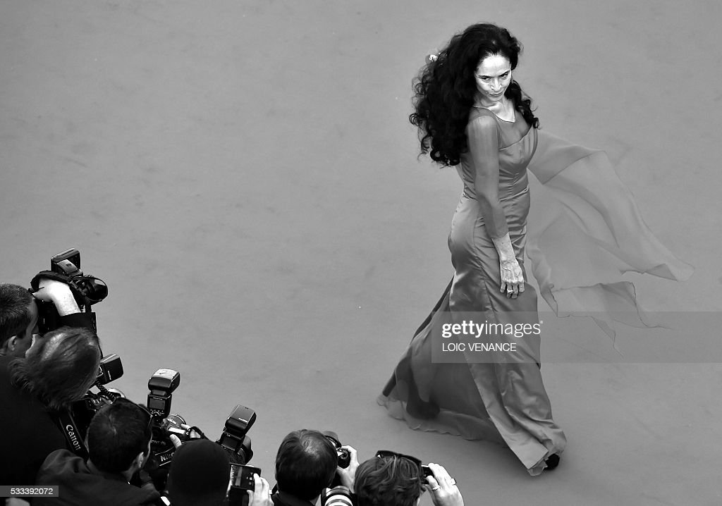 Brazilian actress Sonia Braga poses as she arrives on May 21, 2016 for the screening of the film 'Elle' at the 69th Cannes Film Festival in Cannes, southern France. / AFP / LOIC