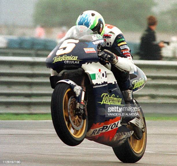Brazilian Alex Barros speeds up a straightaway on his 250cc Honda 22 October 1999 during a practice session at the Nelson Piquet speedtrack in Rio de...