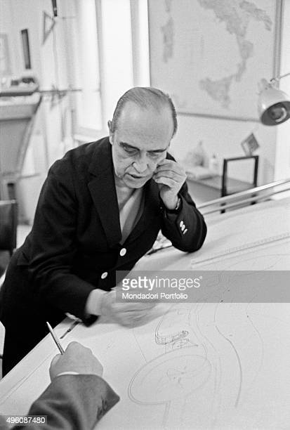 Brazilian architect Oscar Niemeyer working at the drafting machine The Italian publisher Giorgio Mondadori has recently commissioned the architect to...