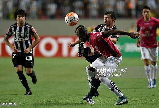 Brazilian Atletico Mineiro player Leandro Donizete vies for the ball with Ecuadorian Independiente del Valle player Jose Angulo during their 2016...