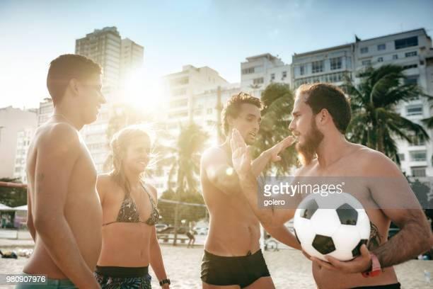 手をたたいてブラジルのビーチ サッカー チーム - ビーチサッカー ストックフォトと画像