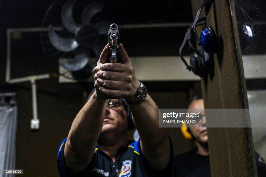 BRAZIL-POLITICS-BOLSONARO-SHOOTING CLUB : News Photo