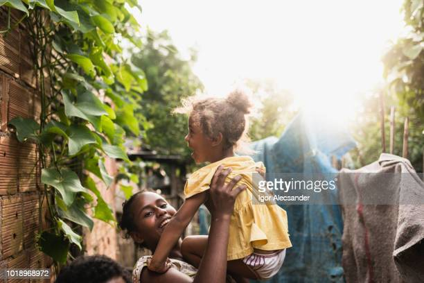 ブラジルの子供たちがコミュニティで遊ぶ - ルポルタージュ ストックフォトと画像