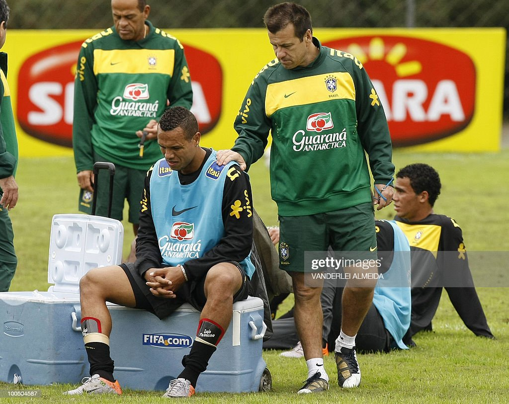 Brazilian coach Dunga (R) talks with Luis Fabiano (C) at the end of a traning session in Curitiba, southern Brazil on May 25, 2010.