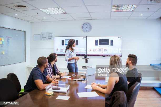brasilianischen Kollegen diskutieren während der Videokonferenz im Tagungsraum
