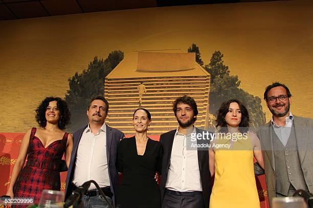 Brazilian director Kleber Mendonca Filho Brazilian actresses Maeve Jinkings Sonia Braga and Humberto Carrao attend a press conference for 'Aquarius'...