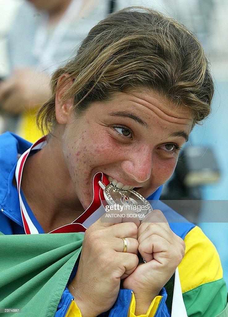 Brazilian diver Juliana Veloso bites her : News Photo