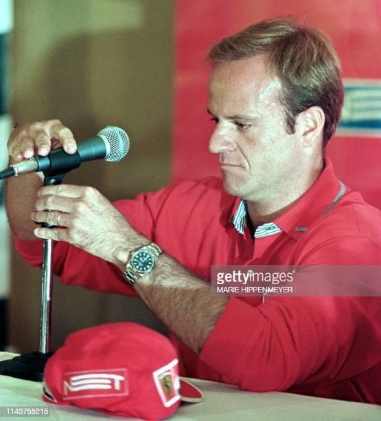 Brazilian F1 driver Rubens Barrichello gives a press conference. El piloto brasileno de F.1, Rubens Barrichello, arregla la altura de un microfono...