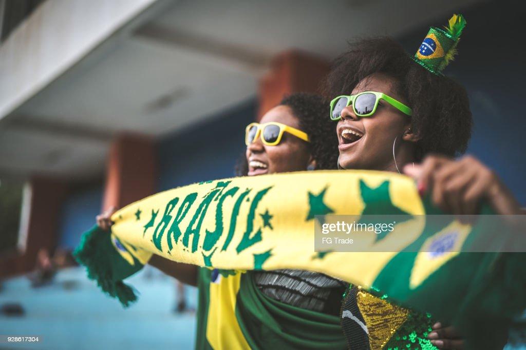 Brasilianische Fan Freunde feiern in einem Fußballspiel : Stock-Foto
