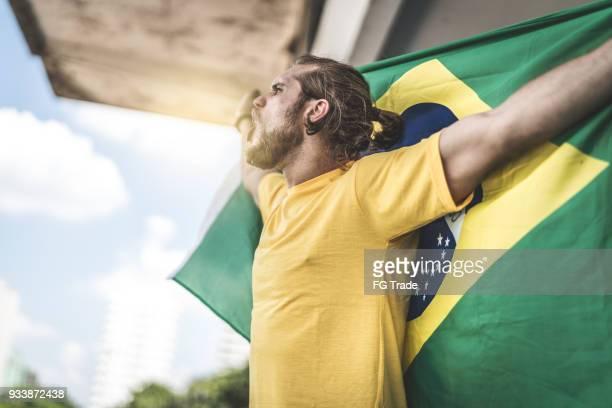 braziliaanse fan kijken naar een voetbalwedstrijd - onafhankelijkheid stockfoto's en -beelden