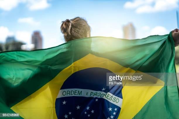 fã brasileiro assistindo um jogo de futebol - evento de futebol internacional - fotografias e filmes do acervo