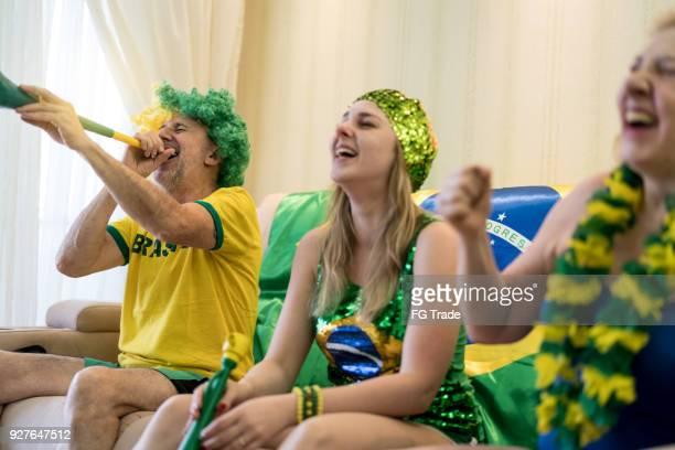 fã brasileiro assistindo jogo de futebol em casa - evento de futebol internacional - fotografias e filmes do acervo