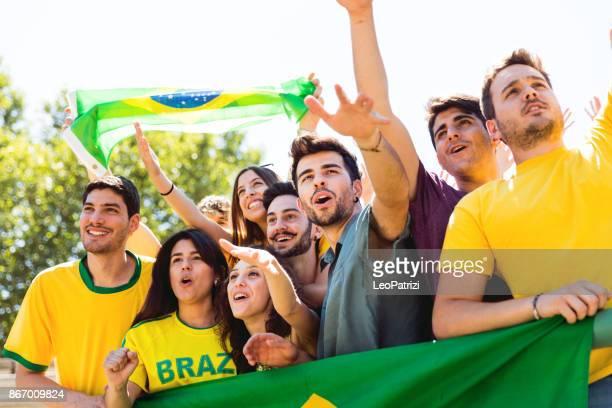 Brasilianische Fans im Stadion unterstützen ihr team
