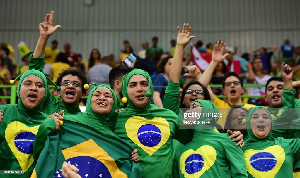 TOPSHOT - Brazilian fans cheer during the women's preliminaries Group A handball match Norway vs Brazil for the Rio 2016 Olympics Games at the Future Arena in Rio on August 6, 2016. / AFP / afp / FRANCK