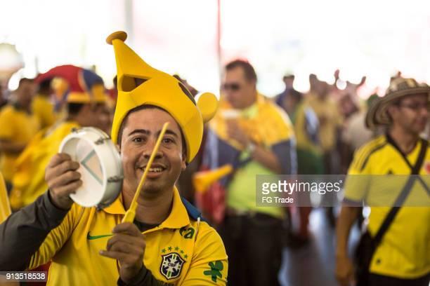 fãs brasileiros que vai para corresponder na copa do mundo 2014 - evento de futebol internacional - fotografias e filmes do acervo
