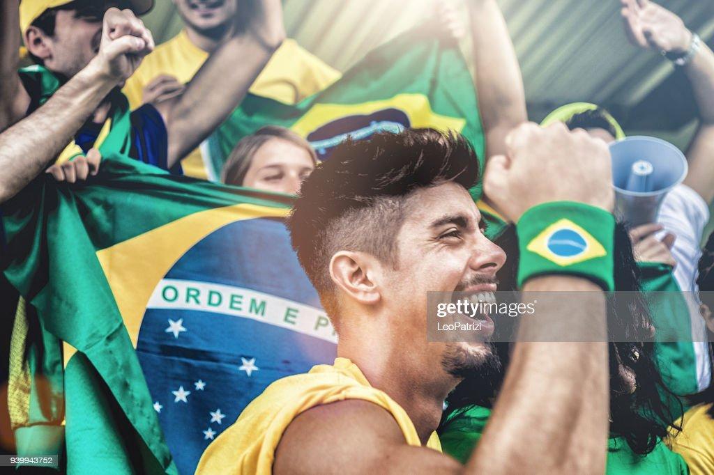 Fãs brasileiros, assistir e apoiar sua equipe na liga de futebol de competição mundial : Foto de stock
