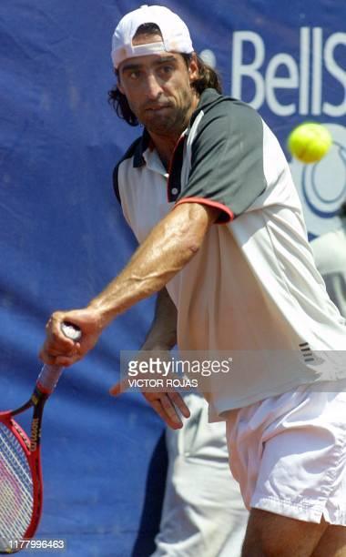Brazilian Fernando Melingi returns the ball to Marcos Daniel during a game of the ATP in Vina del Mar Chile 11 Febuary 2003 El brasileño Fernando...
