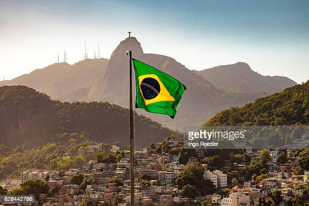 brazilian flag and corcovado - brazilië stockfoto's en -beelden