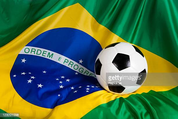 bandeira do brasil com bola de futebol oficial - evento de futebol internacional - fotografias e filmes do acervo