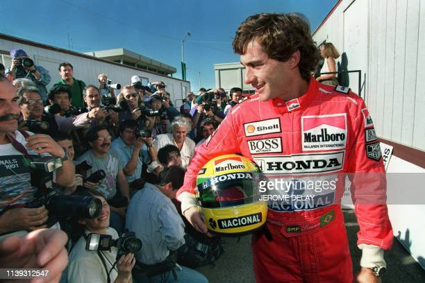 Brazilian Formula One champion Ayrton Senna poses for photographers 07 March 1991 after the general drivers meeting in preparation for the Phoenix...