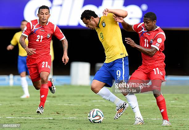 Brazilian forward Fred controls the ball over Panama's Luis Tejada and Amilcar Henriquez during a friendly football match in preparation for FIFA...