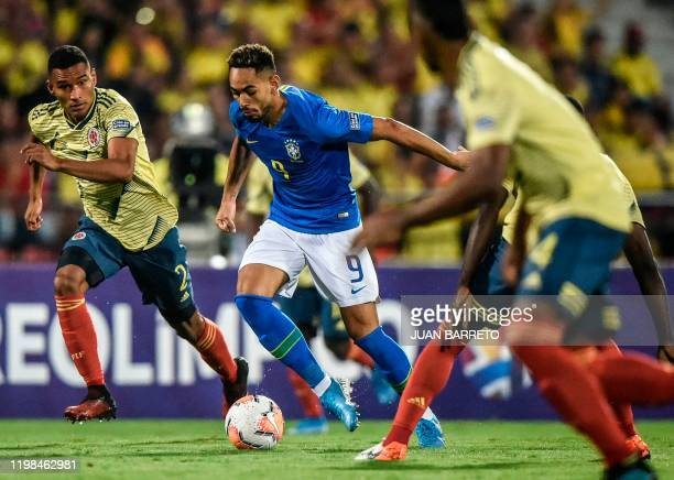 Brazilian forward Matheus Cunha and Colombian defender Eddie Segura vie for the ball during their Under23 South American PreOlympic Tournament...